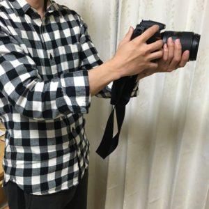 Nikon-D7100を持っている様子