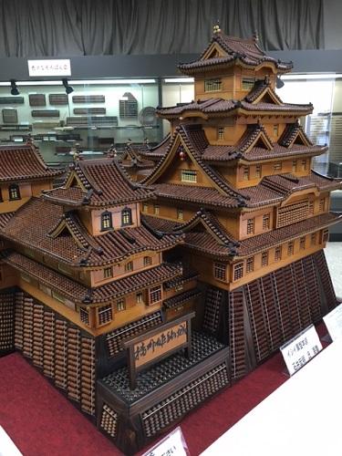 そろばんで作られた姫路城の写真