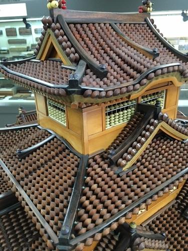 そろばんで作られた姫路城の屋根の写真