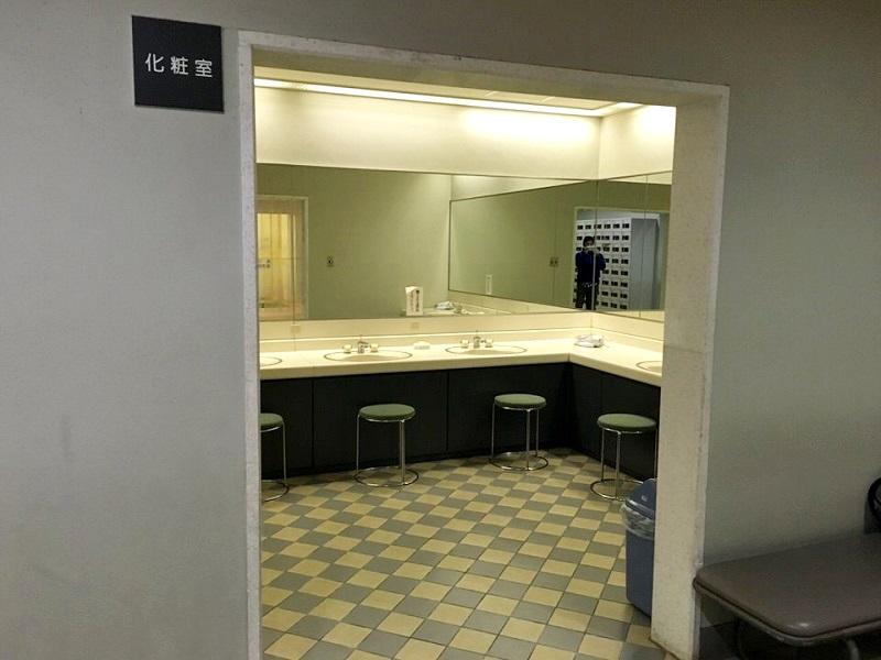 プール化粧室