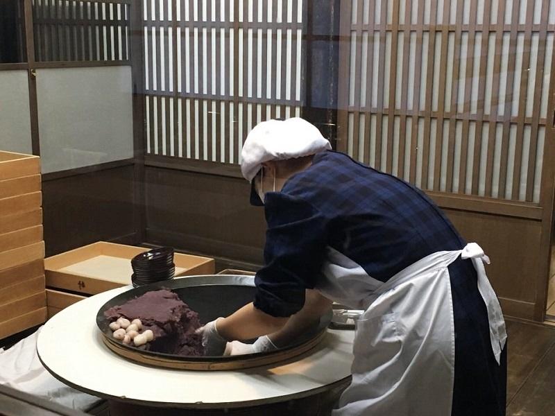 赤福餅製造中