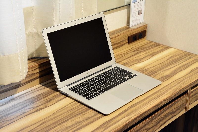 アーバンホテル三木の部屋の机でパソコンを開いたところ