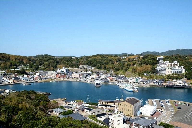 平戸城の天守閣から見える平戸市内の写真