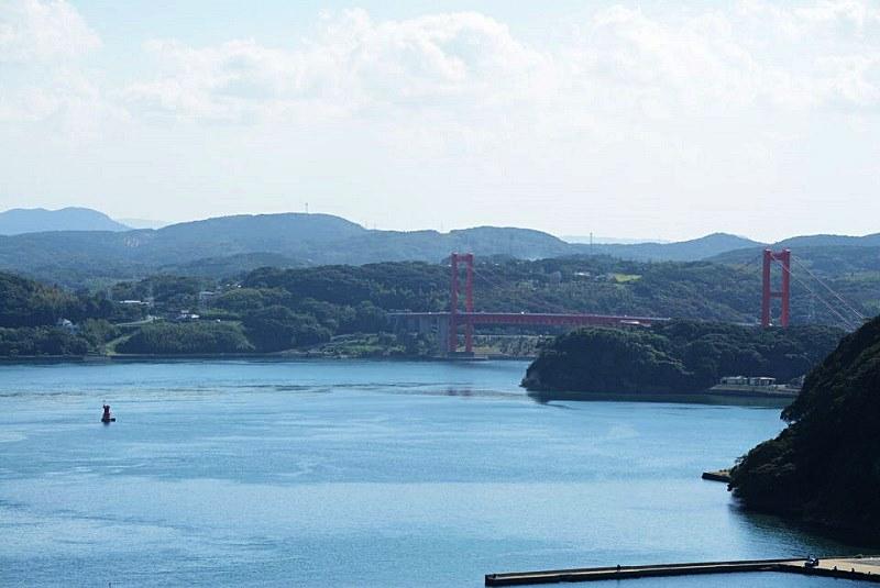 平戸城の天守閣から見える平戸大橋の写真