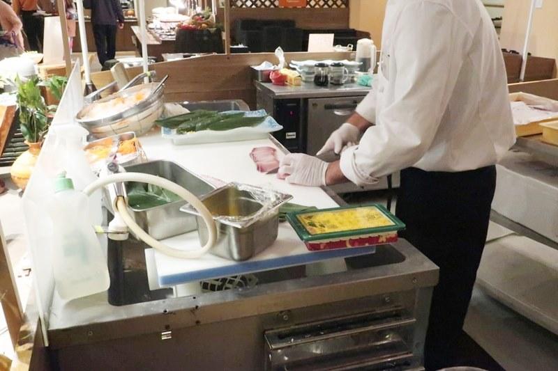 湯快リゾートホテル蘭風の料理人が魚をさばいている様子