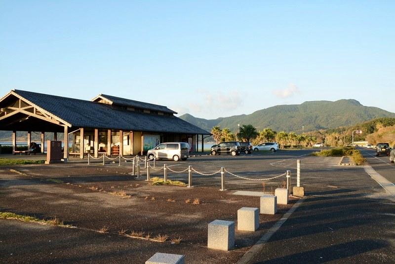平戸市の千里ヶ浜海水浴場の駐車場の写真