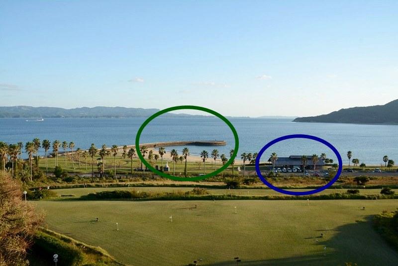 平戸市の千里ヶ浜海水浴場の駐車場と防波堤の位置関係を印した写真