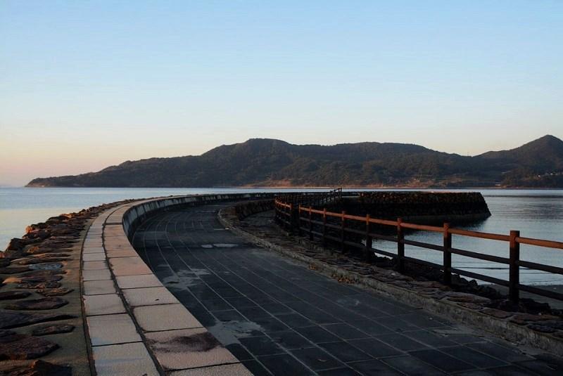 平戸市の千里ヶ浜海水浴場の防波堤の写真