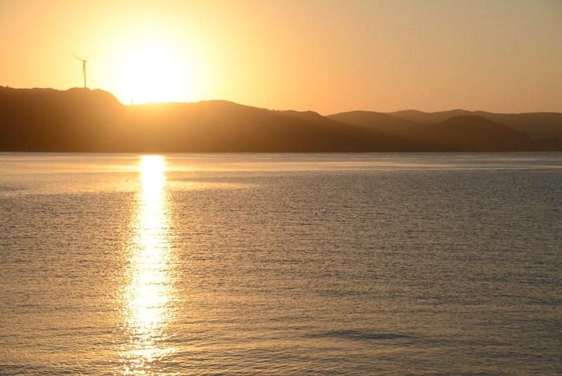 平戸市の千里ヶ浜海水浴場から朝陽が昇っている様子