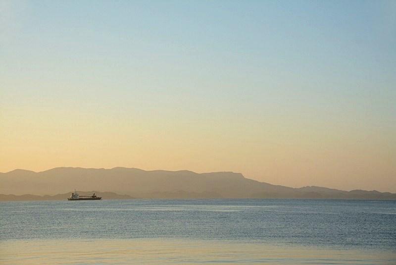 平戸市の千里ヶ浜海水浴場の海を走る船の写真