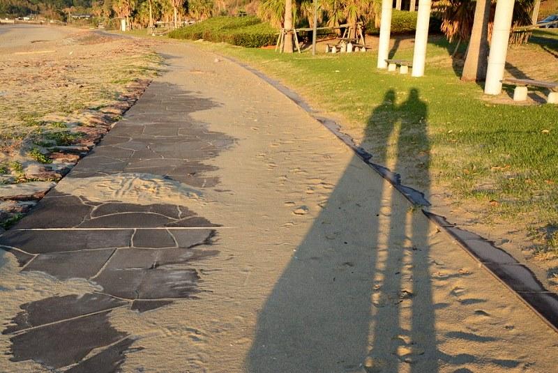 男性と女性が並んだ影の写真