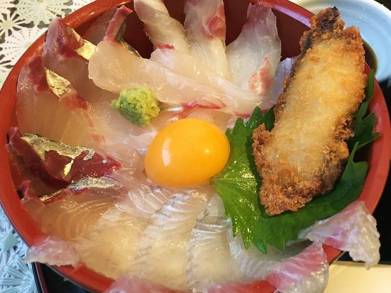 あら汁付き海鮮丼のアップ写真