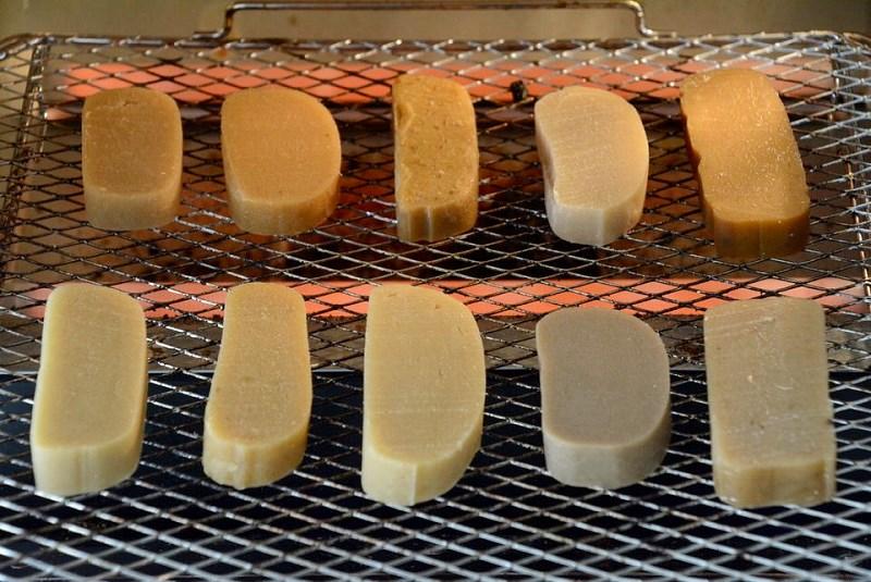 10種類のかんころ餅をトースターの網に並べた写真