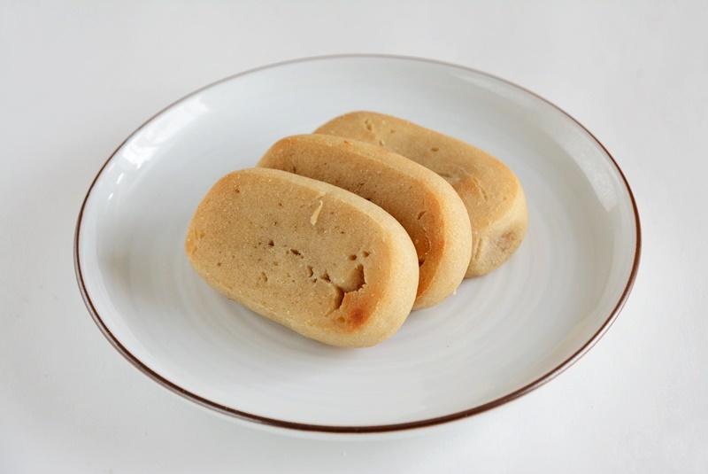 香月のかんころ餅を皿にのせた写真