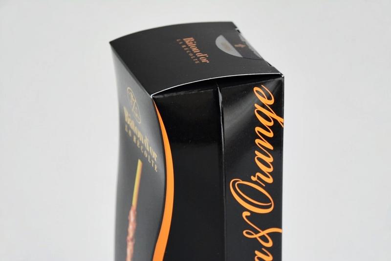 ラ レコルト(マカダミア&オレンジ)の箱を斜めに向けた写真