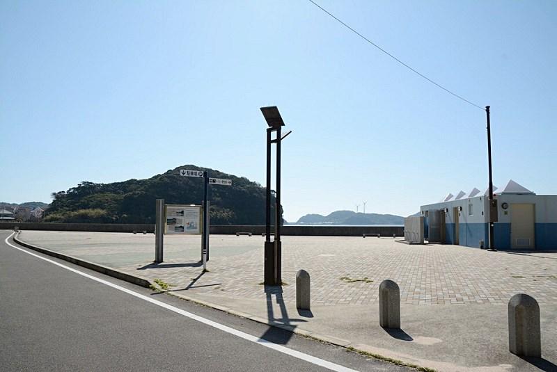 崎戸港湾岸にある広場とトイレ