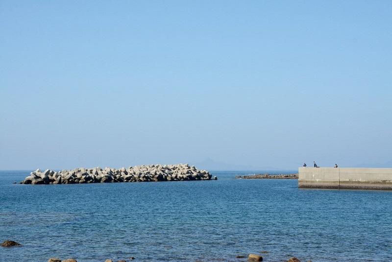 崎戸港湾岸で釣りをする人々