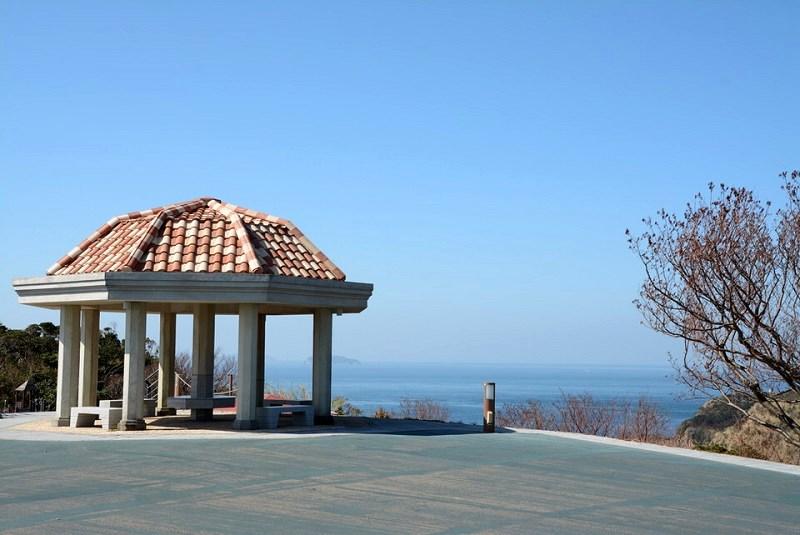 北緯33度線展望台の近くにある休憩ベンチ