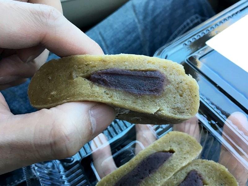 こし餡入りのかんころ餅を手に持った写真