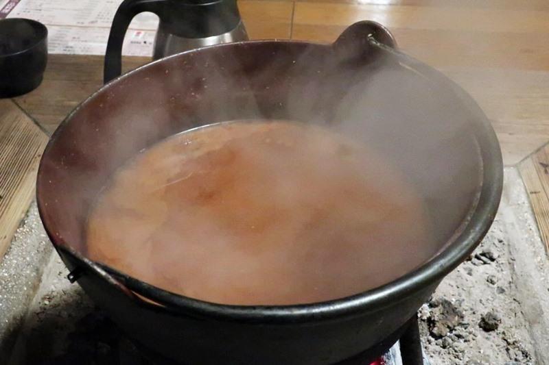 鍋に入ったぼたん鍋の汁の写真
