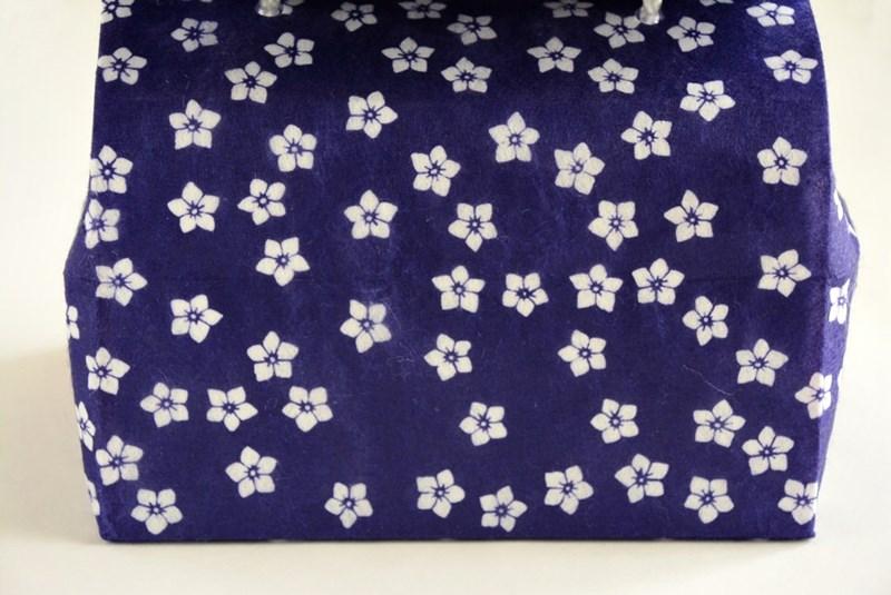 桔梗信玄餅のパッケージの桔梗模様の写真
