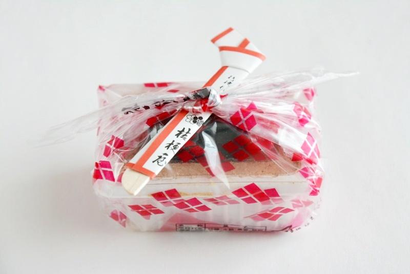 桔梗信玄餅のビニール風呂敷包みの写真