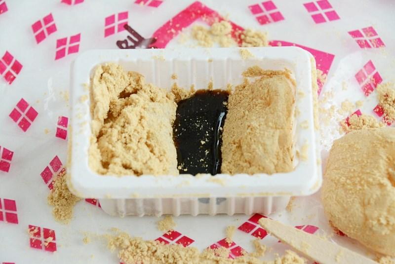 桔梗信玄餅の容器の中に黒蜜をかけた写真