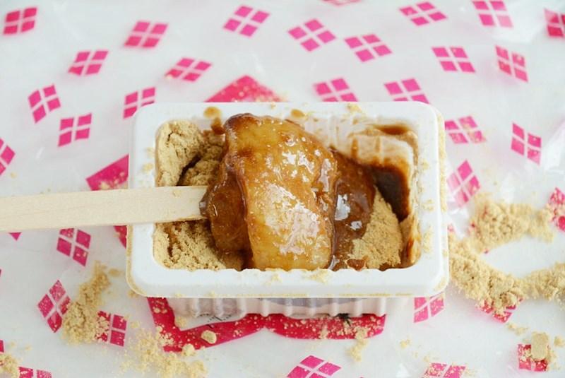 黒蜜をかけた桔梗信玄餅の写真