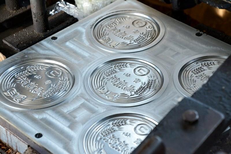 小松せんべいやの湯せんぺいを作る機械の写真