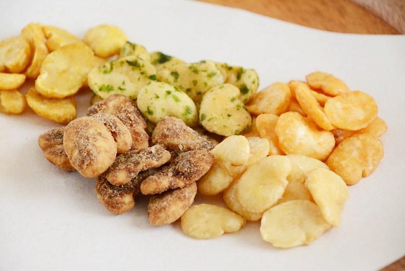 塩豆、うに豆、黒糖豆、のり豆、カレー豆をお皿に乗せた写真
