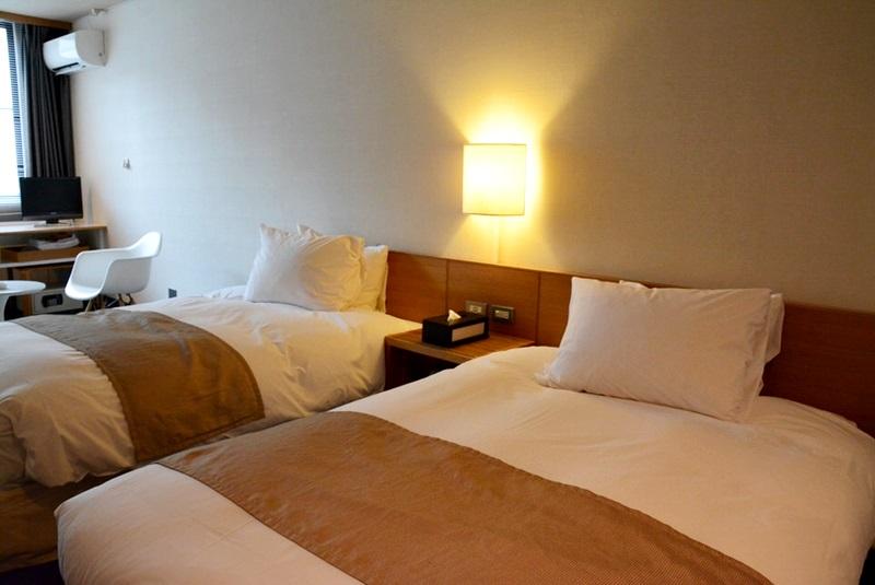 小浜「旅館ゆのか」のベッド回りの写真