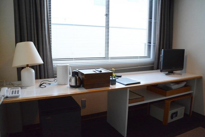 小浜「旅館ゆのか」のツインルームにある机