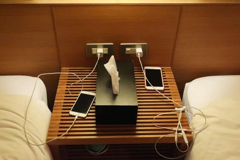 小浜「旅館ゆのか」のツインルームにある枕元のコンセント