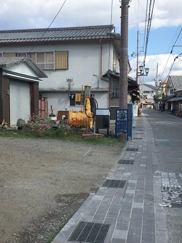 花格子の駐車場の入口写真