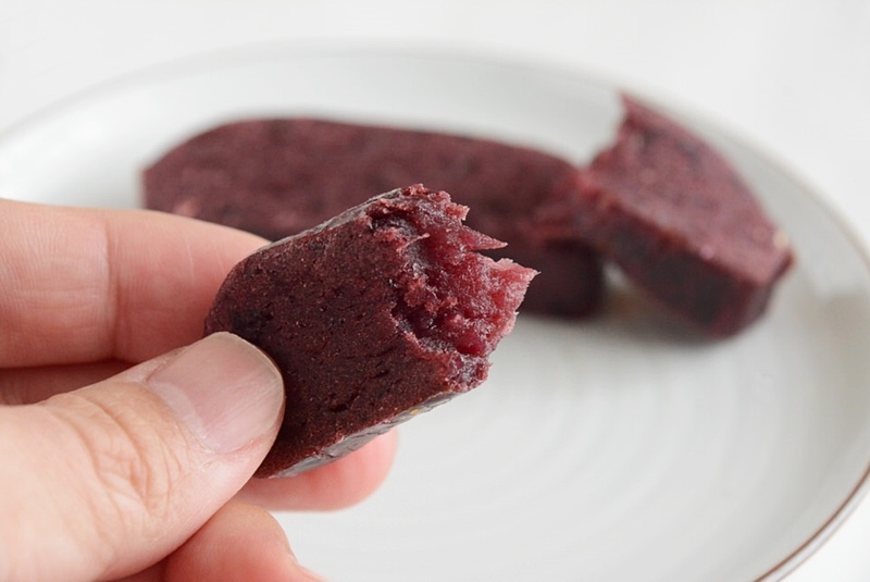 草加家のかんころ餅(紫芋)の中身の写真
