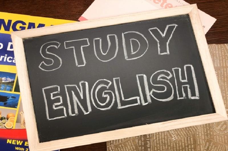 ブラックボードに「Study English」と書かれた文字