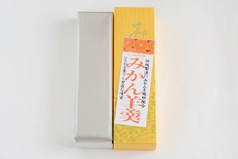 伊川製菓のみかん羊羹(ようかん)の外箱と個装の写真