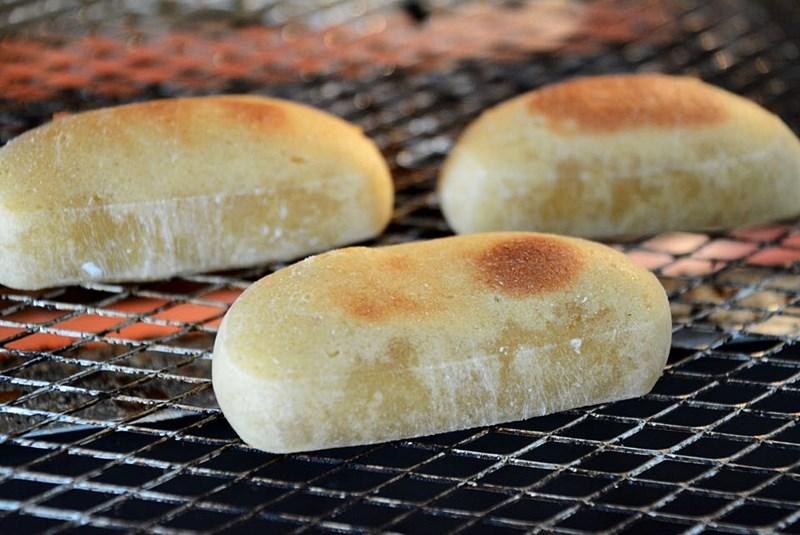 かんころ餅をトースターで焼いている様子