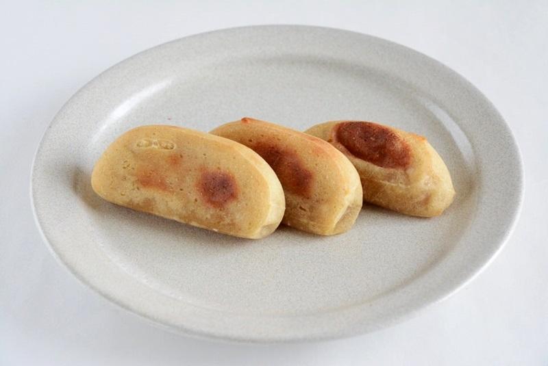 焼いたかんころ餅を皿に乗せた写真