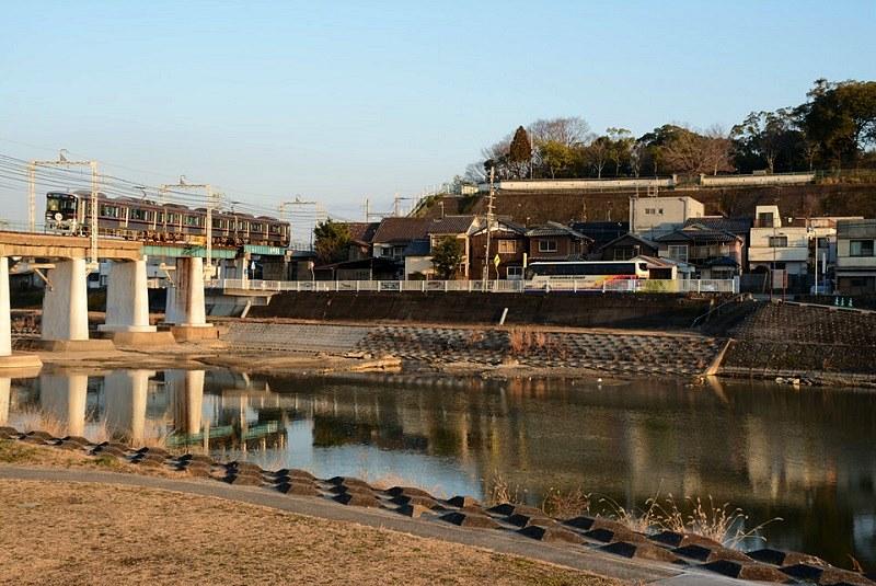 美嚢川と川沿いを走る神戸電鉄の写真