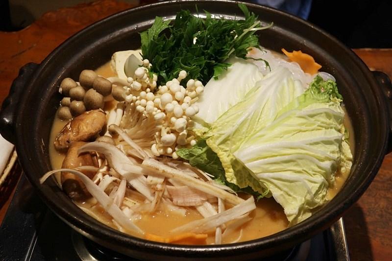 しし肉と野菜を入れたぼたん鍋の写真