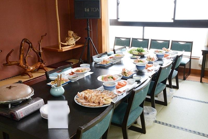 テーブルに並べられたカニ料理の写真
