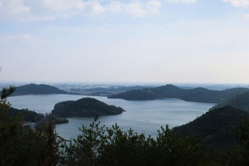黒岩山へ登る途中から見える平荘湖