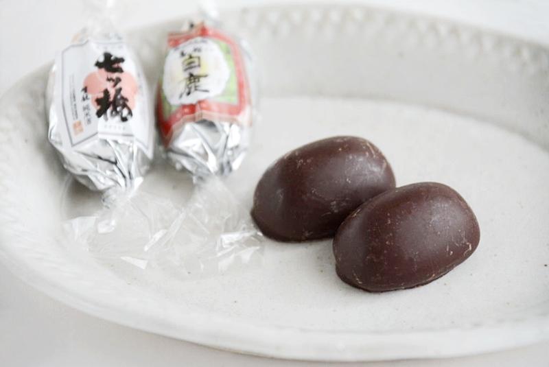 皿に並べた灘五郷チョコレート