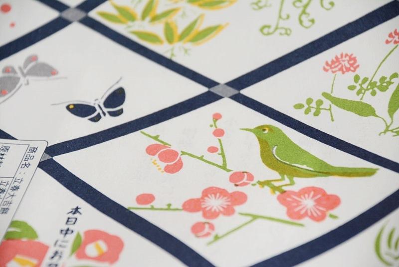 立春大吉餅の包装紙に描かれている鶯や梅