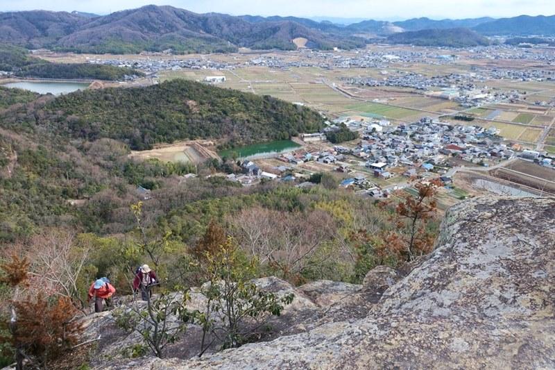 小高御位山の付近を登る人たち