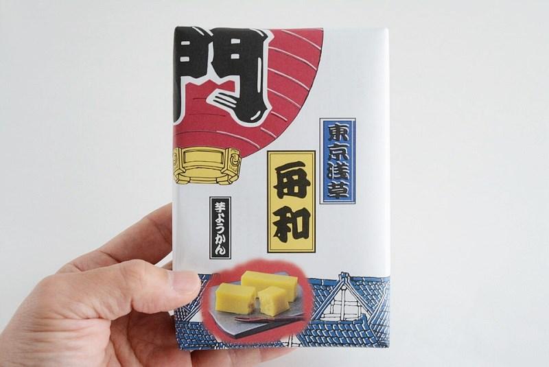舟和芋ようかんの箱を手に持っている様子