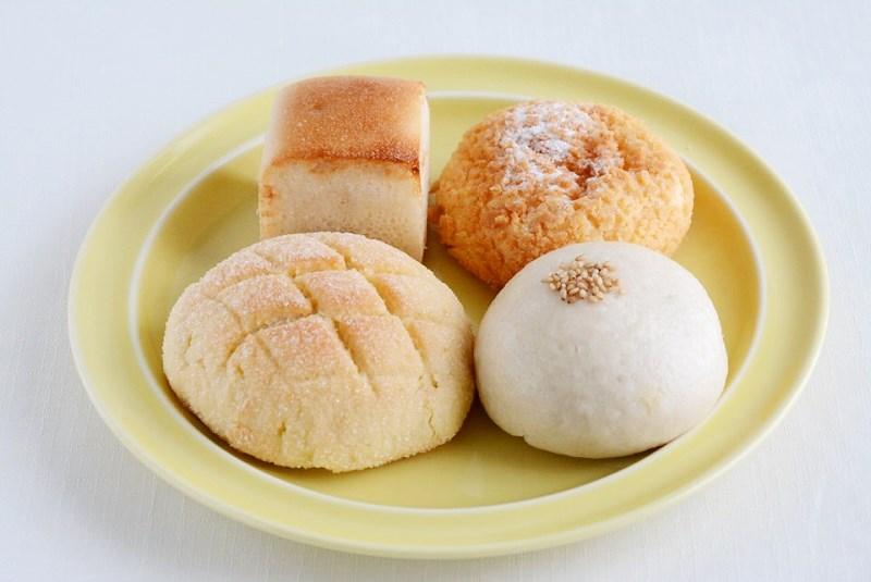お皿に盛った虹の穂のパン