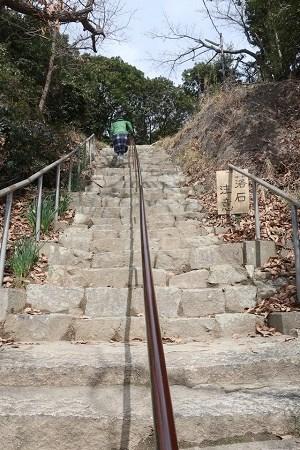 雄鷹台山の80段の石段