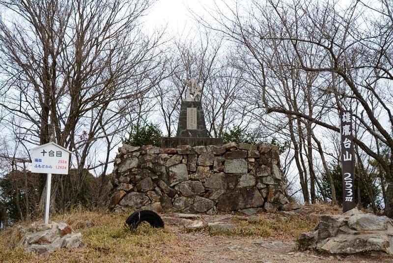 雄鷹台山の頂上にある記念碑